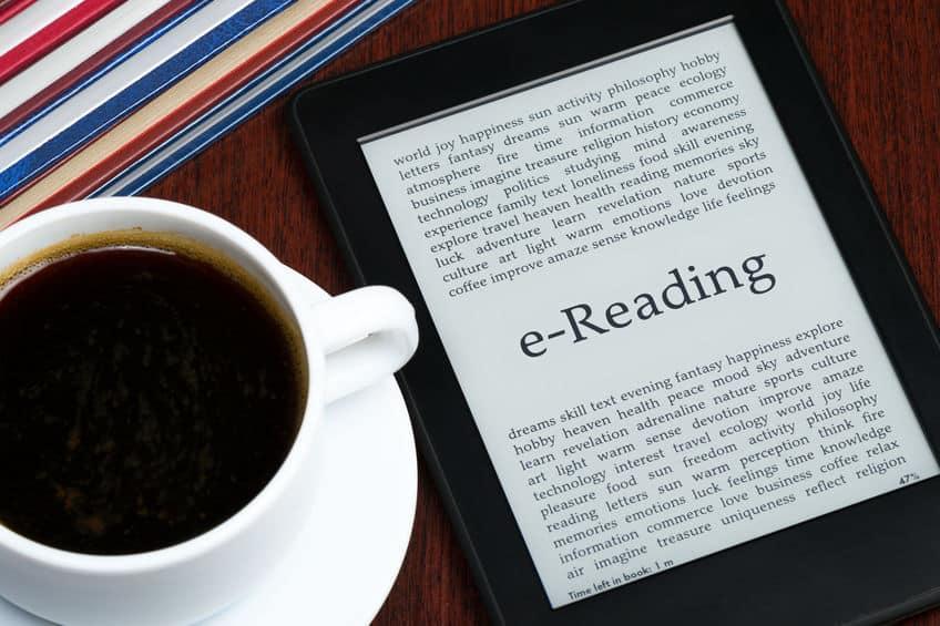 Kindle e café sobre mesa.