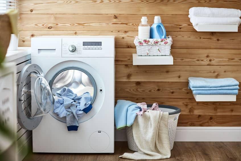 Máquina de lavar com roupas dentro.