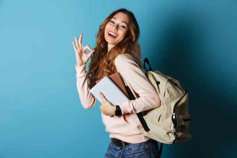 Mulher com mochila nas costas.
