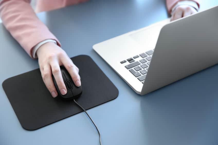 Ultrabook e mouse.