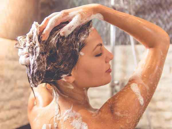 Lavando cabelo com shampoo anticaspa.