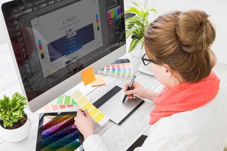 Imagem de mulher trabalhando em computador.