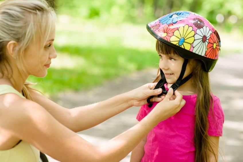 Criança com capacete de flores.