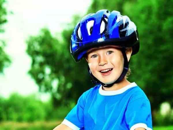 Menino com capacete.