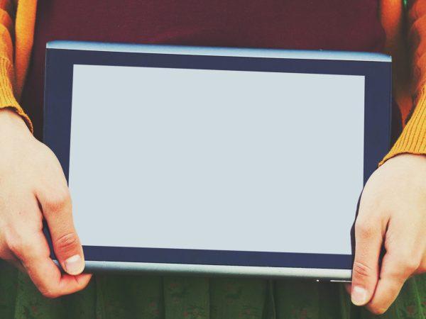 Segurando um tablet