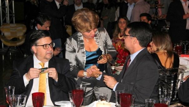 Luzia Câmara entregando cartão ao vice-presidente do Banco BRB
