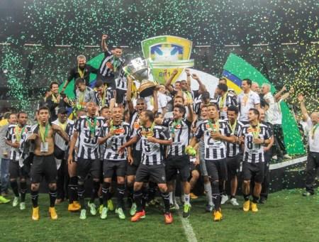 Jogadores do Galo fazem a festa no gramado do Mineirão (Foto: Bruno Cantini/Flickr do Atlético-MG)