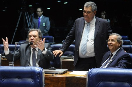 O relator, Jayme Campos e o autor, deputado Arnaldo Faria de Sá (C), recebem o apoio do senador Waldemir Moka (E)