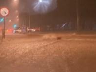 Rua no centro de Brasília fica tomada por correnteza após três horas de forte chuva (Foto: TV Globo/Reprodução)