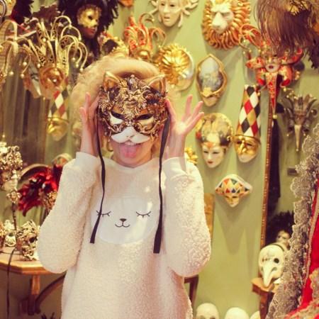 Angelica Ferrer com máscara de carnaval