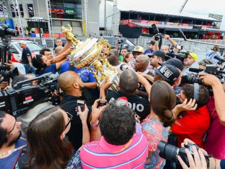 Neguitão e o troféu da Vai-Vai de campeã do carnaval 2015 (Foto: Flávio Moraes/G1)