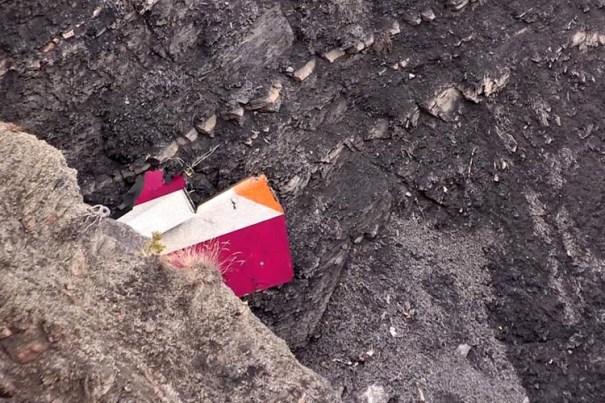 Destroço do avião: áudio revela que, nos minutos finais, o copiloto não emitiu nenhuma palavra - Foto: Correioweb