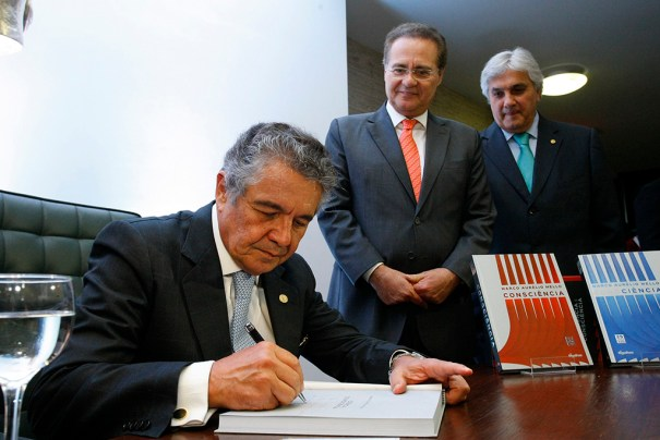 Min. Marco Aurélio autografando livro para o presidente do senado, Renan Calheiros, e o senador Delcídio do Amaral - Foto: Erivelton Viana