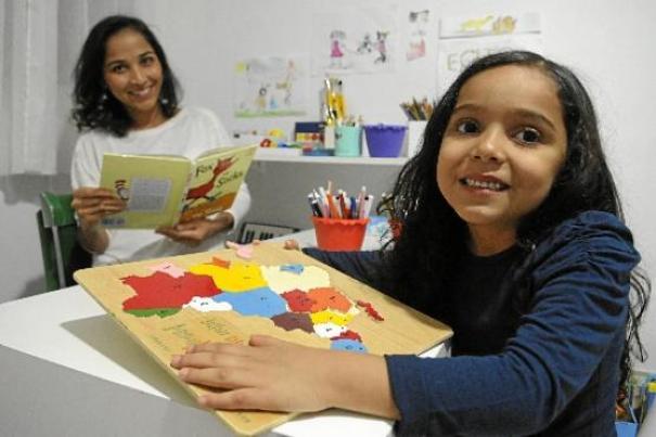 A Arquiteta Emília Lourenço e a filha Clarissa. Ela defende o ensino domiciliar para a filha, desde cedo, se tornar autodidata. Crédito(foto): Correio Braziliense