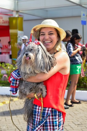 Jane Nobrega (estilista pet) com a shitzu Brenda (11 anos) - Foto: Miriam Vargas