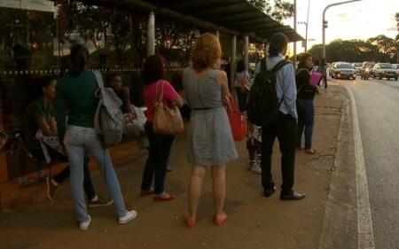 Passageiros aguardam os ônibus nas paradas - Foto: Internet