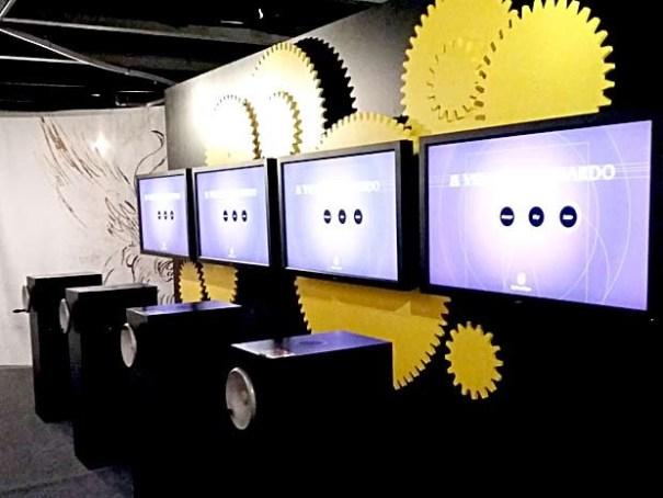 Telas com informações sobre Leonardo da Vinci acionadas a manivela em exposição sobre o inventor no TCU de Brasília (Foto: Lucas Nanini/G1)