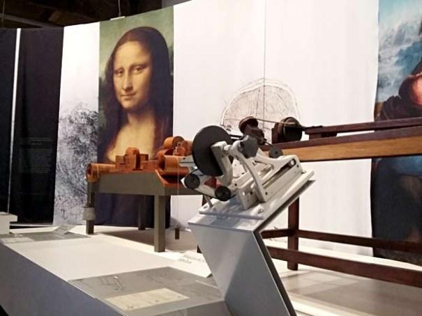 """Peça da exposição """"Leonardo da Vinci: A natureza da invenção"""", com painel reproduzindo a imagem da Mona Lisa; mostra é atração no TCU em Brasília (Foto: Lucas Nanini/G1)"""