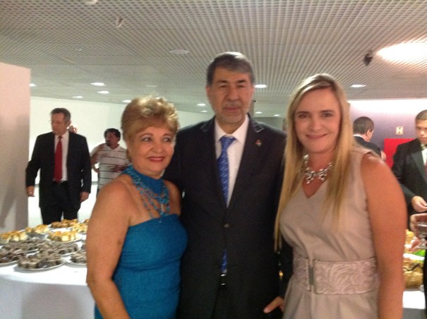Sr. S.E. Embaixador da Palestina, a Presidente da Câmara Legislativa do Distrito Federal, Deputada Celina Leão, e jornalista Luzia Câmara