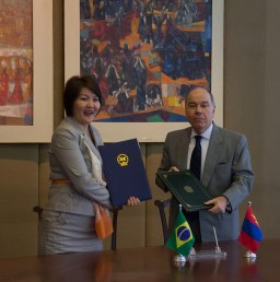 O Ministro das Relações Exteriores, Mauro Vieira, e a Embaixadora da Mongólia em Brasília, Sosormaa Chuluunbaatar, assinam atos de acordos bilaterais