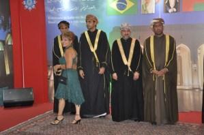 Luzia Câmara sendo recepcionada pelos Diplomatas de Omã