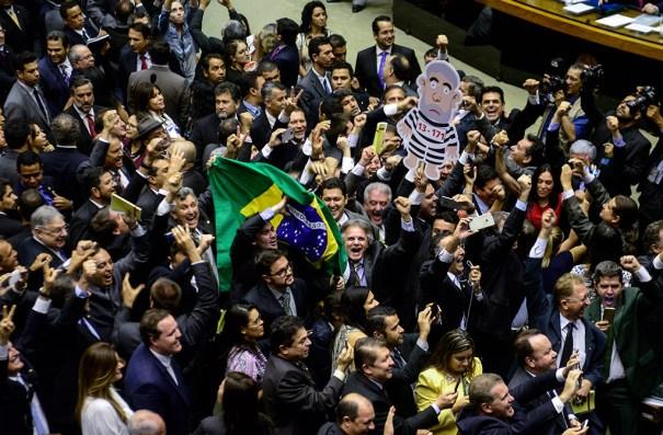 Deputados comemoram a eleição da chapa 2, formada por deputados de oposição e dissidentes da base governista, para a comissão especial do processo de impeachment de Dilma Rousseff no plenário da Câmara dos Deputados - Foto: Gustavo Lima/Câmara dos Deputados