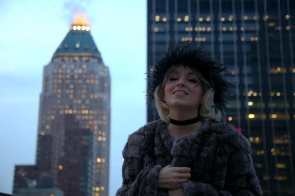 Angelica Ferrer com um dos ícones edifícios de Nova Iorque