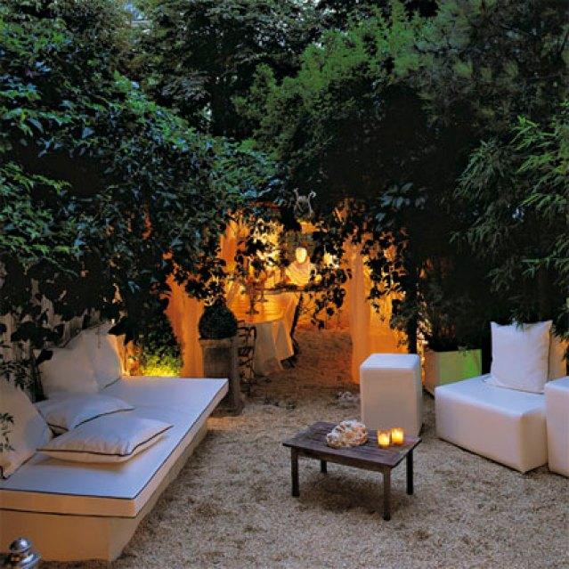 giardino con alberi imponenti per creare una zona d'ombra