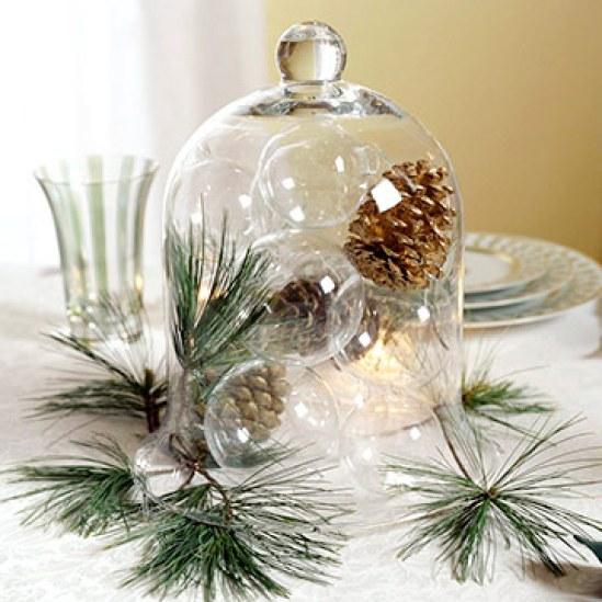 utilizzare pigne e rami di pino per realizzare un centrotavola natalizio