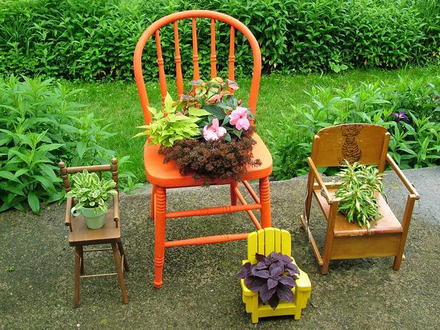 Le vecchie sedie di famiglia possono trasformarsi in splendidi elementi decorativi per il giardino