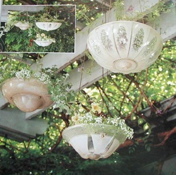 vasi appesi realizzati con vecchi lampadari
