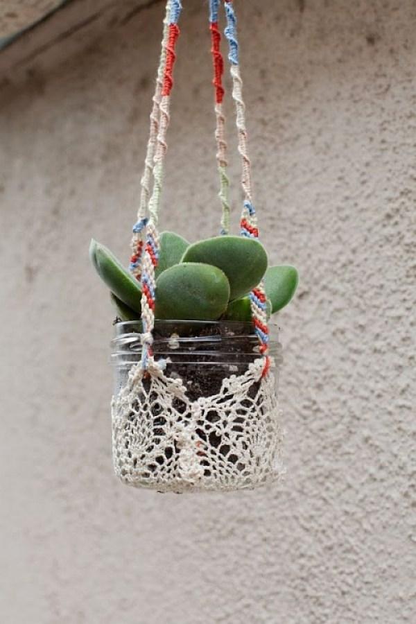 Un semplice e ordinario vasetto di vetro possiede la struttura perfetta per diventare un bellissimo vaso appeso