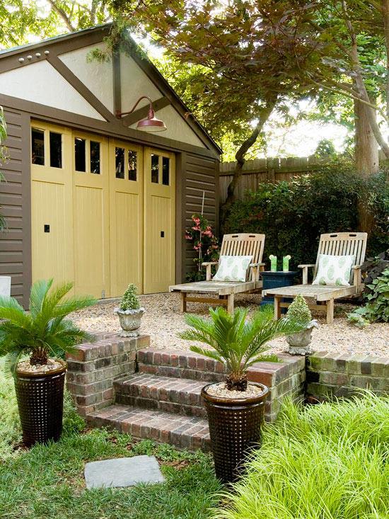 La zona del patio può essere pavimentata con una grande varietà di materiali