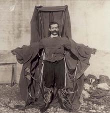 Franz Reichelt, el hombre que se lanzó desde la Torre Eiffel - 220px-Flying_tailor1