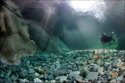 El río más limpio del mundo - incredibly_clear_waters_of_the_verzasca_river_640_031