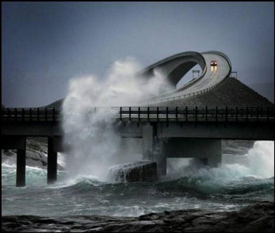 Divertido puente torcido en Noruega - Storseisundet-Bridge-31