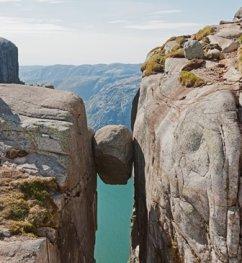 Observar el mundo desde una piedra - Kjeragbolten-Norway-276x300