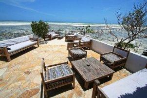 Comer en una roca dentro del mar - Rock_Restaurant_terraza-300x200