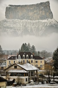 Chichilianne (Francia) - mont-aiguille-with-village-chichilianne-in-front-vercors-alps-france-photo-by-erwann-fourmond-200x300