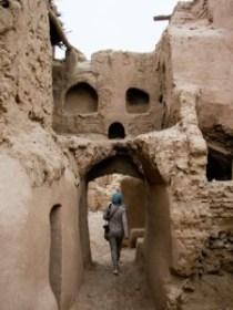 Kharanaq: la ciudad abandonada - yazd-iran-kharanaq-k-sonya-finding-her-way-out-the-village-225x300