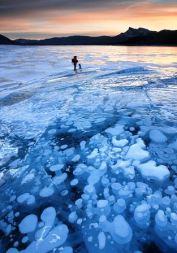El espectacular lago Abraham y sus burbujas de hielo. - article-0-19D7C740000005DC-840_634x905-210x300
