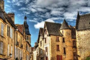 Sarlat-la-Canéda (Francia) - beautiful-buildings-in-300x200