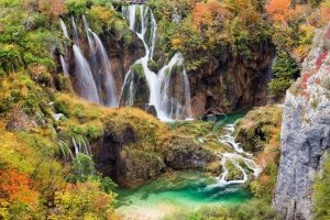 Lagos de Plitvice (Croacia) - 8297093-Scenic-waterfalls-in-a-beautiful-picturesque-autumn-scenery-of-the-Plitvice-Lakes-National-Park-in-C-Stock-Photo-300x200