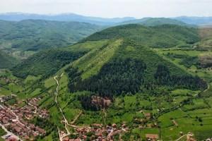 Lugares del mundo con pirámides desconocidas - Pirámides-Bosnias-300x200