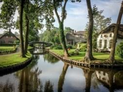 Giethoorn, el lugar al que tendrás que ir sin coche - benatky-raselina-holandsko-dedina-lode-kanaly-giethoorn-300x225
