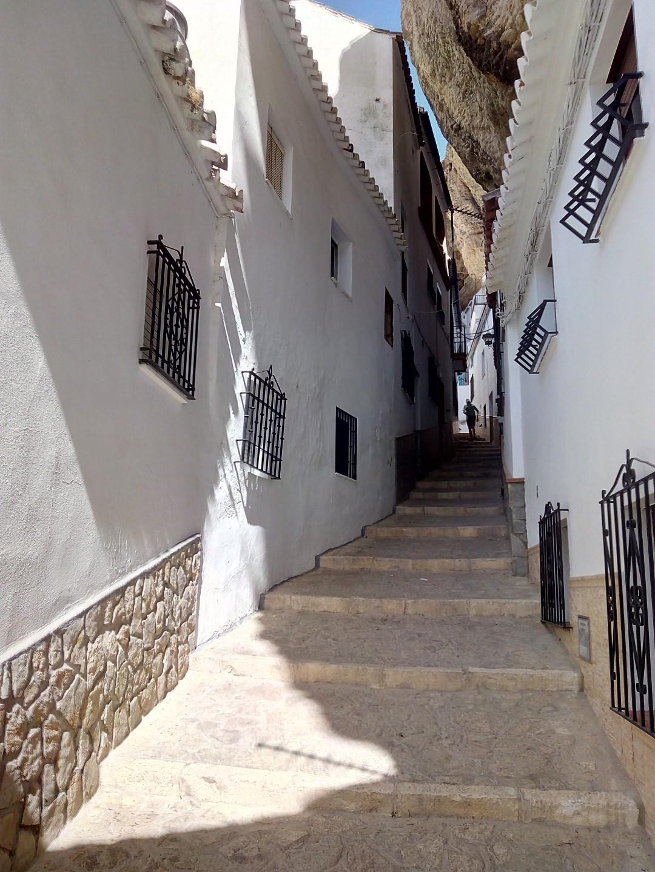 Setenil de las Bodegas - Subida por la calle Herrerías.