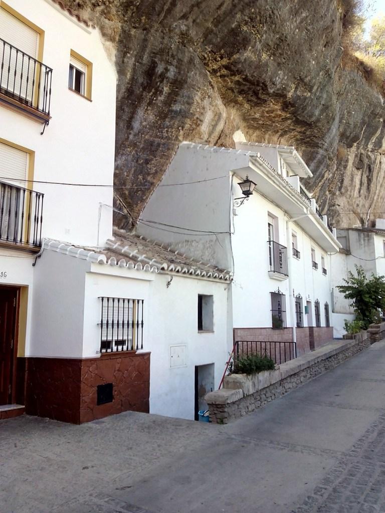Setenil de las Bodegas - Están bajo la roca, pero la arquitectura es la misma.