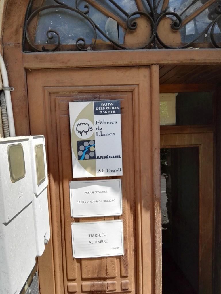 La Fábrica de Lana - Puerta de entrada con horarios.