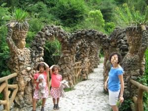 Los Jardines Artigas - Caballero y dama flanqueando el Puente de los Arcos.
