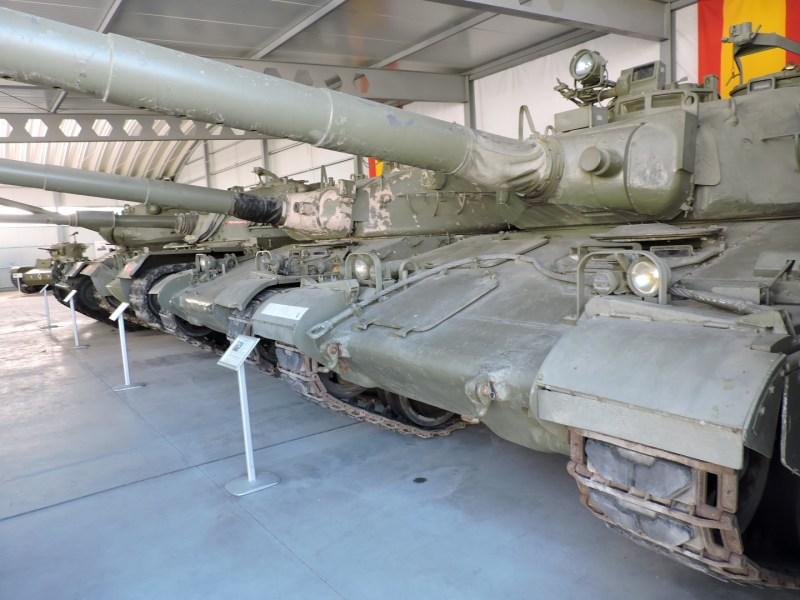 Museo de Carros de Combate - Los dos AMX-30 anteriores en primer plano